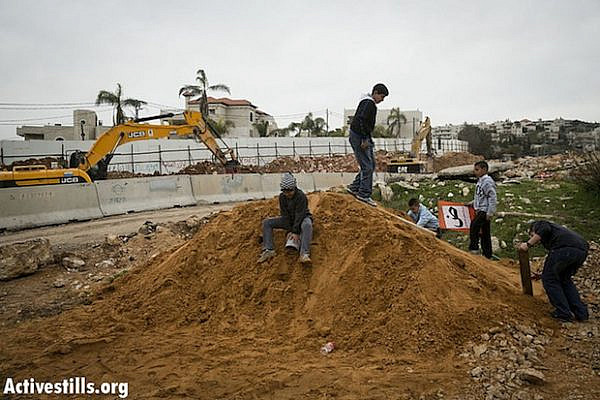 Beit Safafa residents at construction site of Highway 4 (YotamRonen/Activestills)