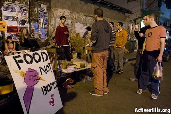 'Food not bombs' action in south Tel Aviv, March 6, 2008 (Photo: Oren Ziv/Activestills.org)