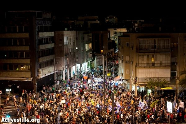 Thousands on the streets of Tel Aviv last night (Oren Ziv / Activestills)