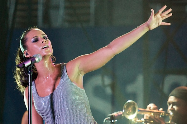 Alicia Keys performing at Tokyo Summer Sonic 2008 (Photo: LuxTonnerre/CC)