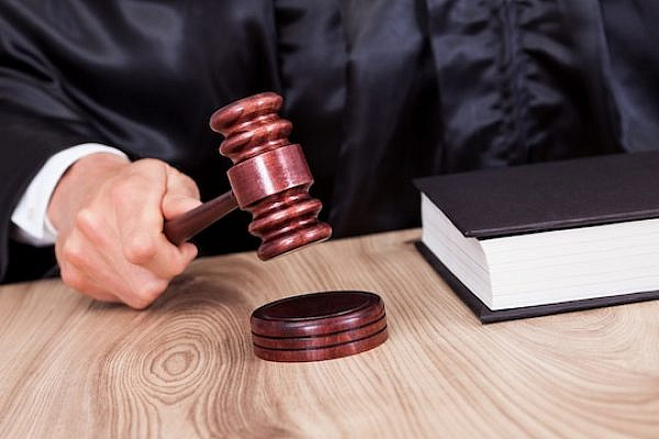 Illustrative photo: A judge ruling in court (Shutterstock.com)