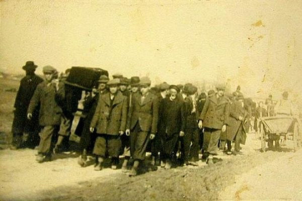 Funeral for a victim of the 1929 Hebron Massacre. (Photographer unknown)
