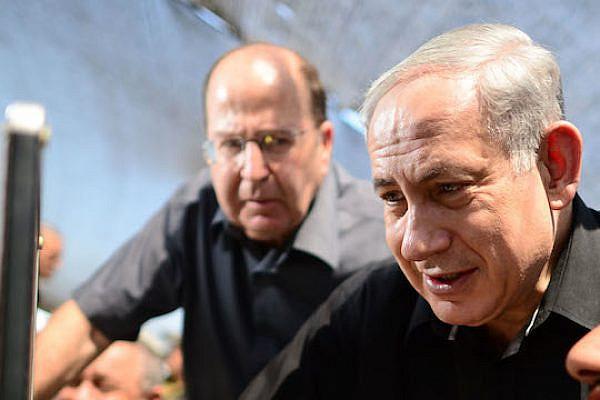 Defense Minister Moshe Ya'alon looks over Prime Minister Benjamin Netanyahu's shoulder at a military exercise, (Photo by Kobi Gideon / GPO)