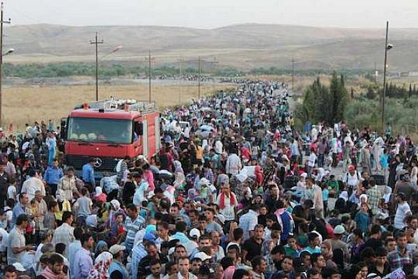 Thousands of Syrians flood across the border into Iraq recently in search of shelter. (Photo by UNHCR / G. Gubaeva)