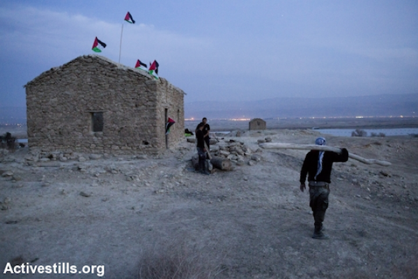 Palestinian activists prepare for the night in Ein Hijleh protest village, in the Jordan Valley, West Bank, January 31, 2014. (Activestills.org)