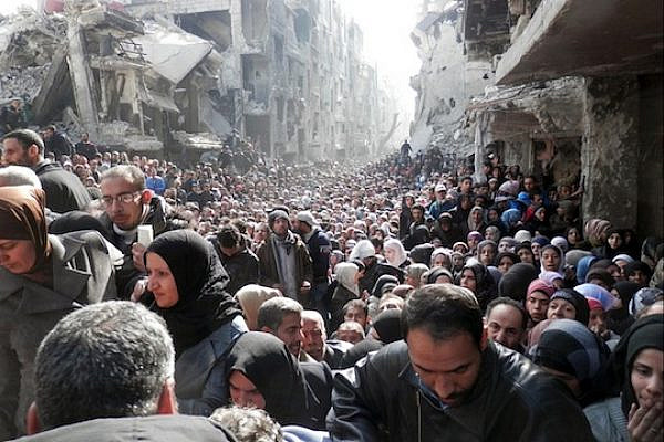 Yarmouk residents gathered to await a food distribution from UNRWA in January 2014. (Photo by UNRWA)