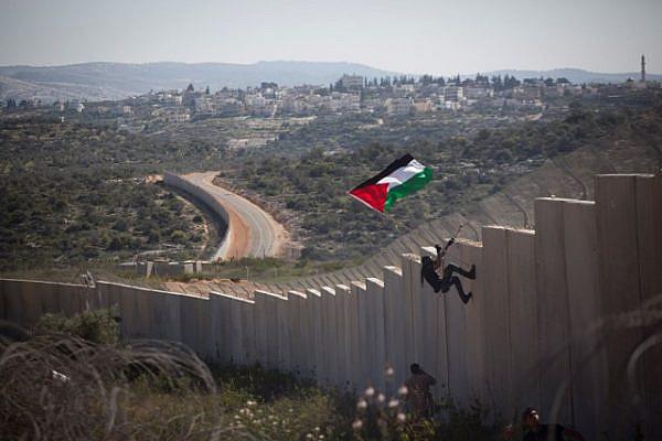 Several activists climbed the wall (Oren Ziv / Activestills)
