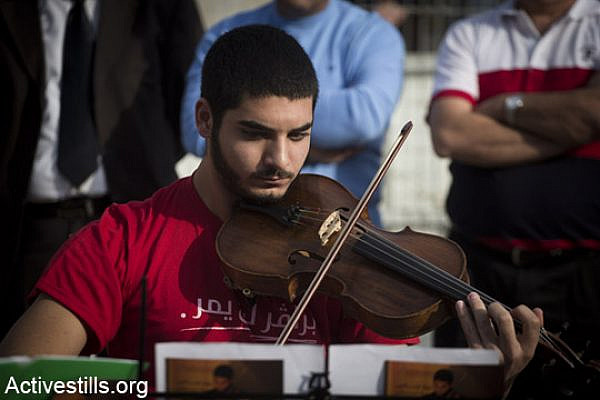 Druze conscientious object Omar Sa'ad performs outside the Tiberias induction base. (photo: Activestills)