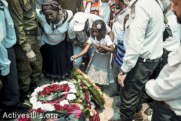 Relatives and family members of the Israeli solider Bayhesain Kshaun mourn during his funeral in Netivot city, Israel, on July 22, 2014. (Yotam Ronen/Activestills.org)