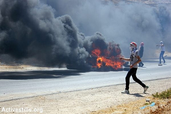 Palestinians clash with Israeli soldiers in the West Bank village of Beit Furik during a solidarity demonstration with Gaza. (photo: Activestills.org)