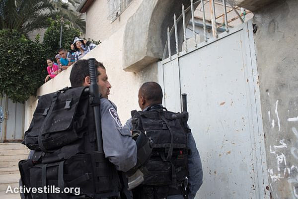 Israeli policemen enter the the Hayat family house in Silwan neighbourhood in East Jerusalem after Israeli settlers took over an apartment in the building, September 30, 2014. Israeli settlers took over seven homes in the Silwan neighborhood of East Jerusalem Tuesday morning.
