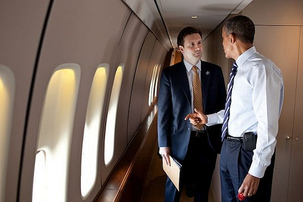 President Obama speaks with Deputy Press Secretary Josh Earnest (Official White House Photo by Pete Souza)