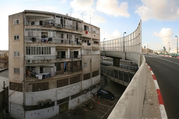 A south Tel Aviv apartment building that unwillingly became a way station for bus exhaust and pollution. (Photo by Roi Boshi/CC)