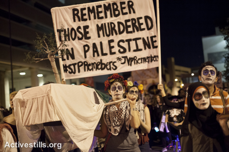 Members of Students for Justice in Palestine and Jewish Voice for Peace commemorating the death of Palestinians that year the All Souls Procession in Tucson, December 9, 2014. (Shachaf Polakow/Activestills.org)