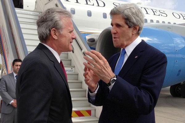 U.S. Secretary of State John Kerry speaks to then Israeli Ambassador to the U.S. Michael Oren, Tel Aviv, April 9, 2013. (State Dept photo)