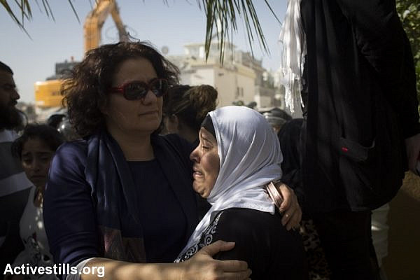 Hannah al-Naqib (right) as Israeli authorities demolish her home in Lod, February 10, 2015. (Photo by Oren Ziv/Activestills.org)