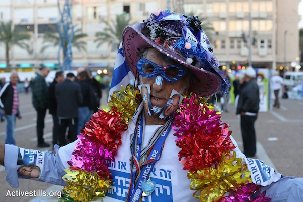 A supporter of Prime Minister Benjamin Netanyahu at a right-wing rally in Tel Aviv's Rabin Square, March 15, 2015. (Oren Ziv/Activestills.org)