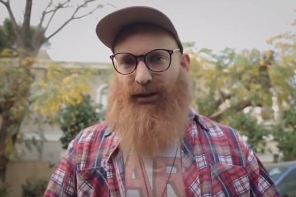 Naftali Bennett in his 'Tel Aviv hipster' campaign ad. (Screenshot)