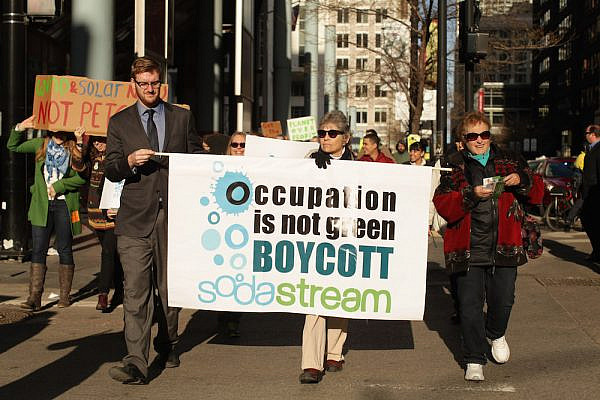 Members of the Chicago SodaStream Boycott Coalition take part of the Earth Day March in Down Town Chicago, IL on Tuesday, April 22, 2014. (Tess Scheflan/Activestills.org)