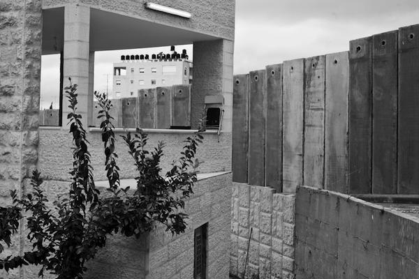 The wall passes through the neighbourhood of Dahiyat el Barid. (photo: Yoav Galai)