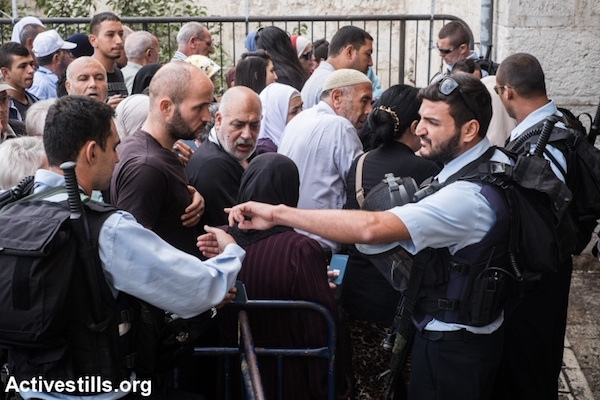 Israeli police forces at a checkpoint restrict Palestinians from entering Jerusalem's Old City, October 6, 2015. (Yotam Ronen/Activestills.org)