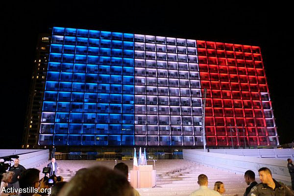 Tel Aviv city hall lit up in the colors of the French flag during a solidarity vigil, Rabin Square, November 14, 2015. (Yotam Ronen/Activestill.org)