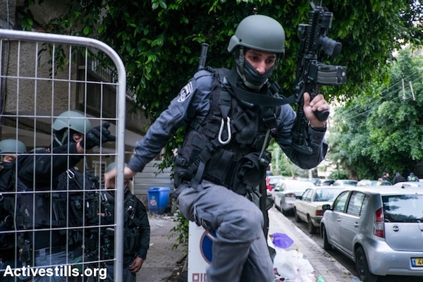 Israeli police conduct house-to-house searches for the suspect in a shooting that killed two people in central Tel Aviv, January 1, 2016. (Yotam Ronen/Activestills.org)