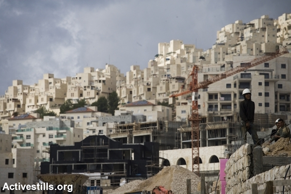 Construction takes place in the illegal Israeli settlement of Har Homa in between Jerusalem and Bethlehem, West Bank. (Oren Ziv/Activestills.org)