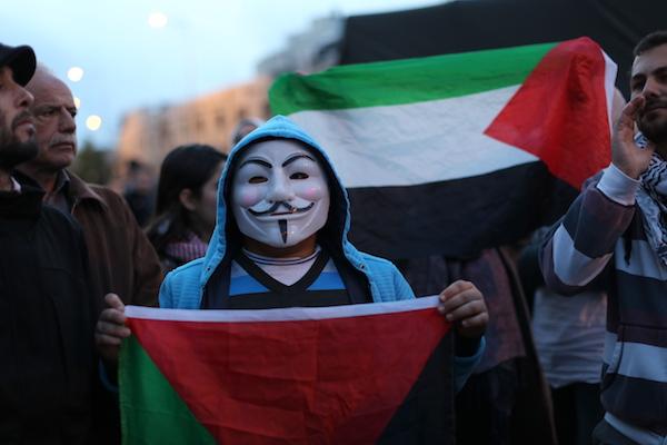 Young Palestinians demonstrate against the Prawer Plan in East Jerusalem, November 30, 2013. (Photo: Activestills.org)
