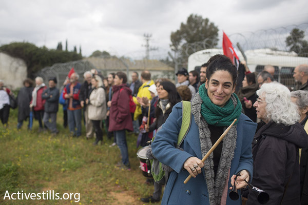 Solidarity protesters and family members protest for Israeli conscientious objector Tair Kaminer, Prison 400, central Israel, January 23, 2016. (Oren Ziv/Activestills.org)