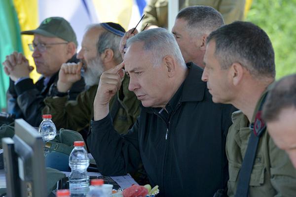 Prime Minister Benjamin Netanyahu observes military drill in the occupied Golan Heights, April 11, 2016. (Kobi Gideon/GPO)