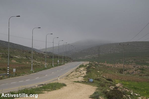 A road leading through the West Bank. (Oren Ziv/Activestills.org)