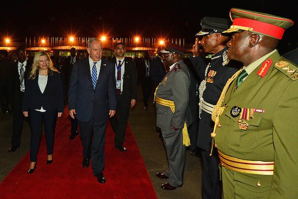 Prime Minister Benjamin Netanyahu and his wife Sara depart Uganda on their way to Kenya, July 4, 2016. (Kobi Gideon/GPO)