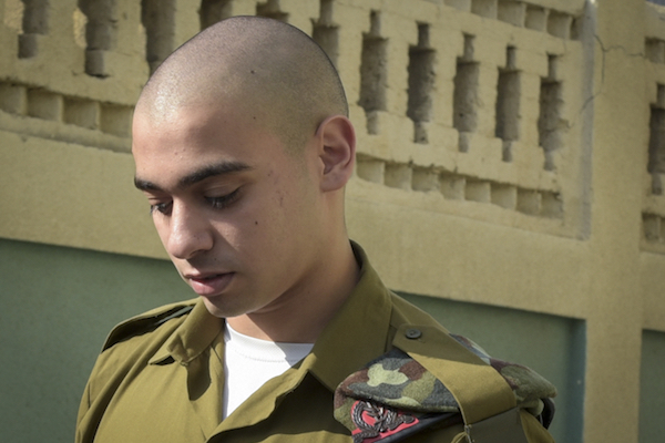 Elor Azaria enters the Jaffa military court where he is on trial for manslaughter for summarily executing a disarmed Palestinian attacker, July 24, 2016. (Flash90)