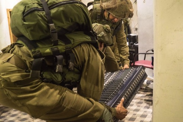 Israeli soldiers confiscate equipment from the A-Sanabel radio station, Dura, West Bank, August 31, 2016. (IDF Spokesperson)