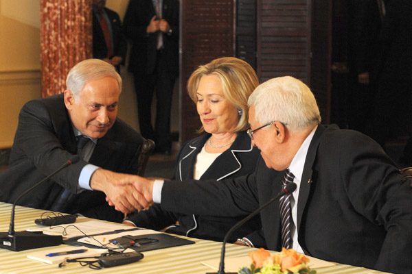 U.S. Secretary of State Hillary Clinton watches as Israeli Prime Minister Netanyahu and Palestinian President Abbas shake hands, Washington, September 2, 2010. (Moshe Milner/GPO)