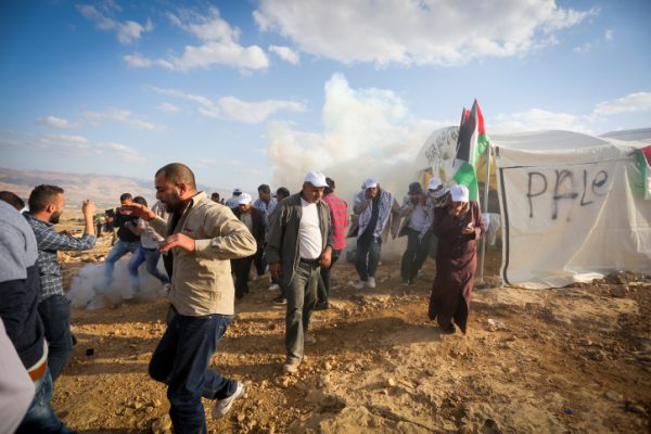 Israeli troops disperse Palestinian and Israeli activists who erected a protest 'outpost' in the Jordan Valley, West Bank, November 17, 2016. (Flash90)