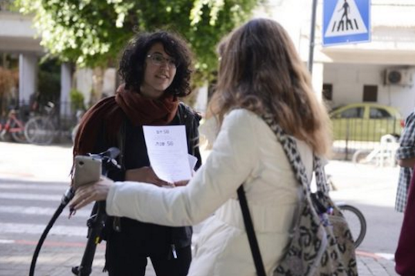 Activists circulate a petition in support of Israel conscientious objectors, Tel Aviv. (Einav Zilber)