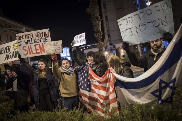 Protesters near the prime minister's residence, demonstrating against Trump's recent refugee and Muslim ban, Jerusalem, January 29, 2017. (Yonatan Sindel/Flash90)