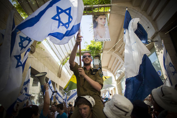 Israelis march in support of IDF troops fighting in the Gaza Strip in the Old City of Jerusalem, July 31, 2014. (Yonatan Sindel/Flash90)