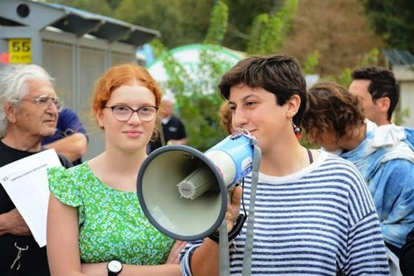 Tamar Alon and Tamar Ze'evi stand outside the IDF's Tel Hashomer induction base where they were expected to declare their refusal to serve in the army, and be sentenced to prison, Tel Aviv, November 16, 2016. (Rami Ben-Ari)
