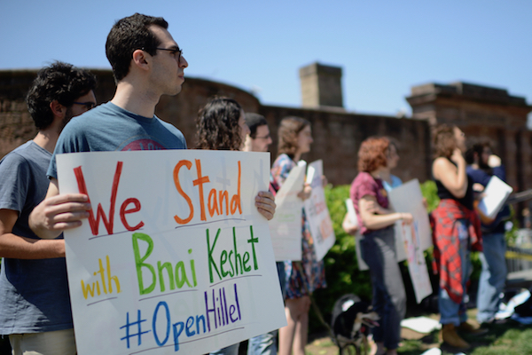 Jewish students with Open Hillel protest the expulsion of an LGBTQ Jewish group from Ohio State Hillel, New York, April 16, 2017. (Gili Getz)