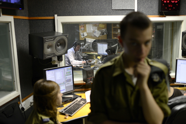 Soldiers in the studios of Israel's Army Radio. (Tomer Neuberg/Flash)