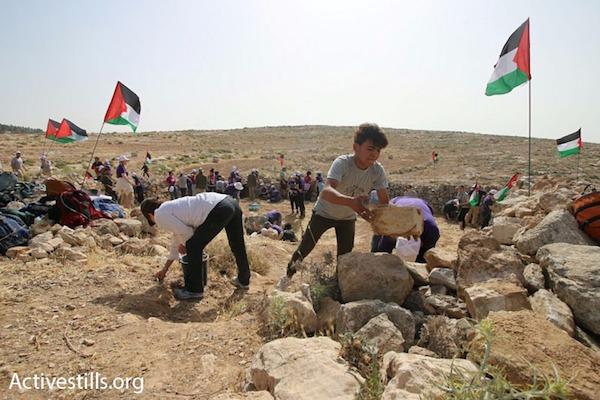 Palestinian, Israeli and international Jewish activists build a protest camp in Surara, West Bank, May 19, 2017. (Photo: Ahmad Bazz/Activestills.org)