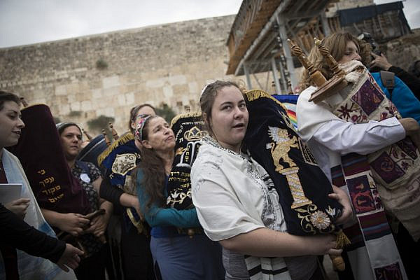 A group of American Conservative and Reform rabbis and the Women of the Wall movement members hold Torah scrolls during a protest march against the government's failure to deliver a new prayer space, at the Western Wall in Jerusalem Old City, November 2, 2016. Hadas Parush/Flash90)