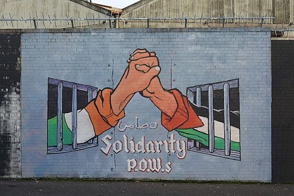 Graffiti in solidarity with Palestinian prisoners, Belfast, Northern Ireland. (Ben Kerckx/CC BY-SA 2.0)