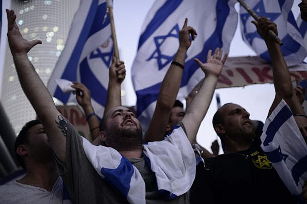 Right wing activists protest in front of the Kirya military base in Tel Aviv during Operation Protective Edge, July 29, 2014. (Tomer Neuberg/Flash90)