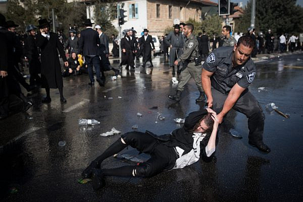 Ultra-Orthodox Jews clash with Israeli police during a protest against the arrest of a Haredi Jew who failed to comply with an IDF recruitment order, near the army recruiting office, Jerusalem, September 17, 2017. (Yonatan Sindel/Flash90)