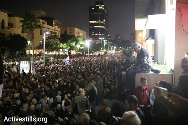 Tens of thousands of Israelis protest government corruption in Tel Aviv's Rothschild Blvd, December 2, 2017. (Oren Ziv/Activestills.org)