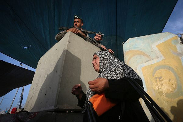 Palestinians cross Qalandiya checkpoint, outside of the West Bank city of Ramallah, June 9, 2017, on the second Friday of Ramadan. (Flash90)